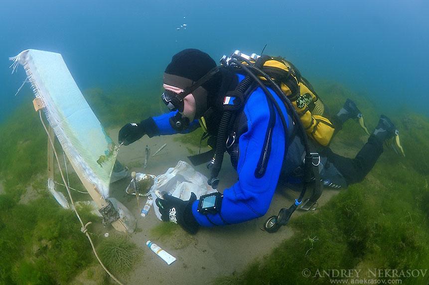 Underwater artist Yuriy Alexeev (Yuri Alekseev) paints a picture under water. Lake Baikal, Listvyanka, Irkutsky District, Irkutsk Oblast, Siberia, Russia, Eurasia